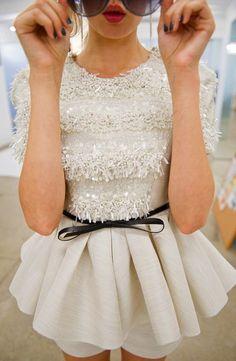 Top 5 Vestidos Casuales Modernos 2015: Un vestido moderno en color nude con un corte peplum, mangas cortas y lentejuelas en la parte de arriba