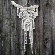 Macramé Wall Hanging on Drift Wood van FreeCreatures op Etsy