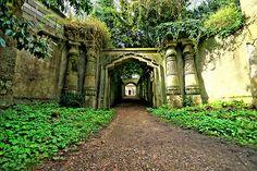 vestidos-lindos-atelier:    love-isallthereis:    placesiwishiwere:    romantics:  merricat:fairphantom:undeadaffairs: Egyptian Avenue - Highgate Cemetery - London (via nick.garrod).