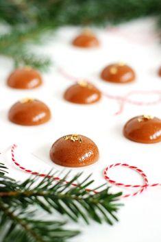 Julekarameller med honning Christmas Drinks, Christmas Goodies, Christmas Candy, Christmas Desserts, Christmas Treats, Small Desserts, Candy S, Sweets Cake, Homemade Candies