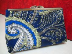 Bolsa+Clutch+em+cetim+de+seda+estampa+Kashmir+em+tons+de+azul.++Forrada+com+cetim+de+seda+cinza.+Costura+francesa.+Fecho+em+metal+prateado. R$ 60,00