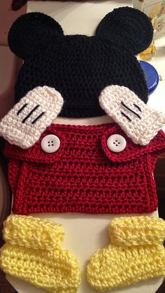 Crochet For Children: Mickey Mouse baby outfit... Free pattern.