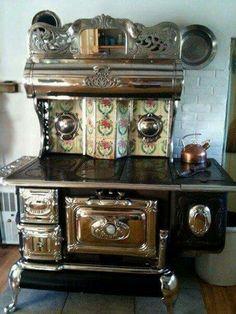 Antique Kitchen Stoves, Antique Wood Stove, Old Kitchen, How To Antique Wood, Country Kitchen, Vintage Kitchen, Kitchen Decor, Vintage Tile, Kitchen Tiles