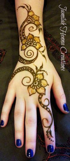 Modern swirly henna www.JamilahHennaCreations.com #hennainspiration looks like a fun pattern to try.