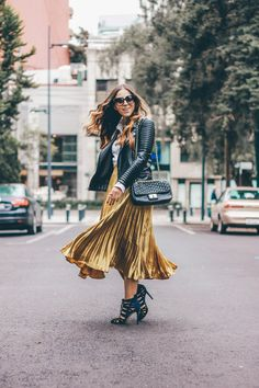 midi metallic gold skirt outfit for fall by Andrea Nahle www.thealens.com Metallic Skirt Outfit, Pleated Skirt Outfit, Metallic Pleated Skirt, Skirt Outfits, Fall Fashion Outfits, Skirt Fashion, Diva Fashion, Urban Fashion, Winter Skirt Outfit