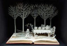 L'artiste britannique Su Blackwell sculpte et découpe dans des classiques de la littérature des illustrations qui racontent leurs histoires.