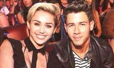 Nick Jonas fala de seu primeiro beijo com Miley Cyrus: - Eu tinha acabado de comer uma pizza que tinha muita cebola