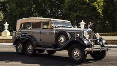 Mercedes-Benz G4 W31 fue un regalo de Hitler a Franco. Está equipado con un motor de ocho cilindros en línea M24 II y sus 5.401 centímetros cúbicos y 115 CV de potencia a 3.400 rpm generan un consumo de 28 litros a los 100 kilómetros (por carretera) y de 38 l/100 km (en conducción todo terreno). Luis de las Alas
