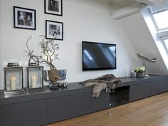 Langs den ene veggen i stuen er det montert en plassbygget tv-benk med store skuffer, og laget av solide materialer. Møbelet er laget av Terje Mavåg i Oslo Trevarefabrikk og malt i fargen S-7500-N.