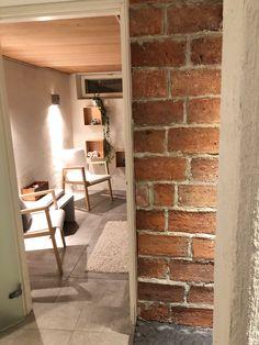 artek 403 chairs, dressing room ideas, brick wall ideas, tiiliseinä, pukuhuone
