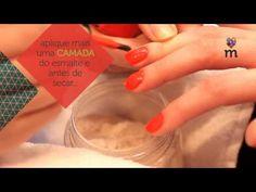 Unhas decoradas: tutorial de como fazer a unha de pelúcia  Quando todos os efeitos de unhas decoradas pareciam esgotados, surgiu a unha de pelúcia. Conhecida como plush nail, ela virou febre por aqui e entrou para a lista das mais pedidas nos nail bars.Quer aprender a fazer? Então confira o tutorial em foto (e vídeo!): Você vai precisar de:  · lixa  ·alicate  ·pau de laranjeira  ·mater