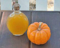 Licor de calabaza casero, una bebida dulce y aromática tradicional del otoño. Para beber solo y y también para preparar combinados o aromatizar bizcochos