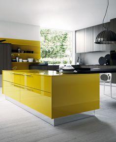 Decora tu cocina con una aire moderno y elegante a la par. Los tonos oscuros combinados con el amarillo mostaza le dan un toque diferente.