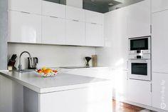 Дизайн П-образного гарнитура белого цвета на 10 кв. м в просторной кухне-гостиной