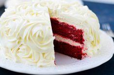 Συνταγή για το πολύ δημοφιλές αμερικάνικο red velvet cake με το υπέροχο κόκκινο χρώμα και μια μοναδική κρέμα. Αξίζει να το δοκιμάσετε!