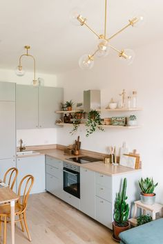 Cocina Ikea en acabado gris y encimera en madera integrada en salón / Grey kitchen Ikea with wooden countertop. Home Decor Kitchen, Interior Design Kitchen, New Kitchen, Home Kitchens, Small Apartment Kitchen, Kitchen Ideas, Grey Ikea Kitchen, Small Kitchen Cabinets, Galley Kitchens