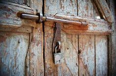 gesloten houten deur met hangslot en metalen grendel photo