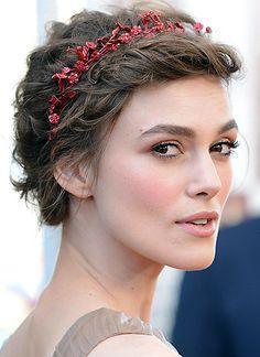 Ein filigraner Haarreif mit rot lackierten, kleinen Blüten gibt Keira Knightleys locker hochgesteckter Frisur einen romantischen Anstrich.