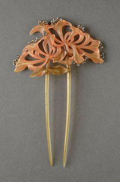 Lucien GAILLARD (1861-1942) Très beau peigne Art Nouveau en écaille ou corne teintée à décor de petits brillants. Signé.