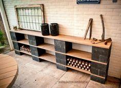 Sidetable van Hout & Beton, sfeermaker onder de veranda. Goed zelf te maken. Ook leuk om te vullen met haardblokken