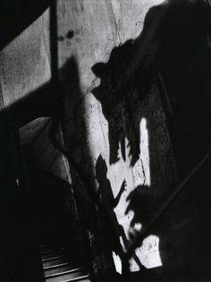 """Photographie de Sarah Moon pour Le Petit Chaperon rouge de Charles Perrault. Paris, Grasset, """"Monsieur Chat"""", 1983"""