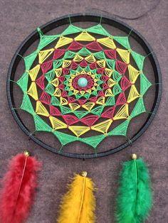 """Filtro dos Sonhos Reggae Grande!    Trabalho artesanal inspirado em tradição indígena norte-americana, podendo ser usada de forma decorativa, a peça evoca harmonia e tem poder de purificar as energias, separando os """"sonhos negativos"""" dos """"sonhos positivos"""", além de trazer sabedoria e sorte para q... Dream Catcher Mandala, Dream Catcher Decor, Dream Catcher Boho, Diy Dream Catcher Tutorial, Decorative Knots, Crochet Dreamcatcher, Native American Symbols, Creation Deco, Aesthetic Words"""