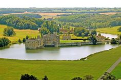 Britain has far too many castles to chose from, and often leaves visitors overwhelmed with options. So, I have decided to make a list of the biggest and best castles on the island to impress any visitor to Britain. Scary Face Paint, Leeds Castle, Visit Britain, Castles In England, Scary Faces, Plantation Homes, Beautiful Castles, Beautiful Landscapes, Scenery