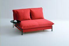Das kleine Schlafsofa FUN von Franz Fertig mit einem Tablett. The little sofabed FUN from Franz Fertig with one tray.