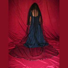 Medidas: 274cm x 101,5 cmVelo de novia de doble capa realizado en tul negro y ribeteado en satén del mismo color,aplicado sobre una peineta,desmontable mediante velcro. http://www.d-gotico.com/velos/380-velo-novia-negro-doble-capa-catedral.html
