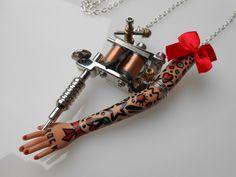 """Sautoir """"Tattoo Lady"""" métal argenté et petit nœud rouge : Collier par jennifleur"""