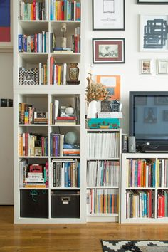 15 Super Smart Ways to Use the IKEA Kallax Bookcase The IKEA Expedit (lately reborn as the Kallax) has, like a lot of classics, an incredibly simple design 15 Super Smart Ways to Use the IKEA Kallax Bookcase Ikea Kallax Bookshelf, Ikea Expedit, Bookshelves, Bookcase, Bookshelf Storage, Ikea Design, Cute Dorm Rooms, Cool Rooms, Libreria Billy Ikea