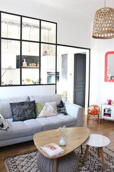 Séparation salon/cuisine par une verrière : bonne idée pour garder la lumière traversante qui me plaît ici !
