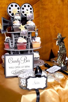 Candy bar at a Hollywood Birthday Party! See more party ideas at… Hollywood Candy, Hollywood Theme, Vintage Hollywood, Movie Night Party, Party Time, Cinema Party, Hollywood Birthday Parties, Red Carpet Party, Sweet 16 Parties