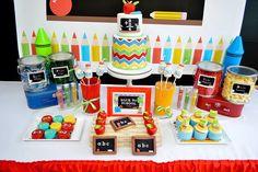 festa volta as aulas com mesa de doces decorada com cores primárias, motivos de lousa, giz, lapis de cor e tinta. mais detalhes aqui: http://weshareideas.com.br/blog/fetsa-volas-aulas/