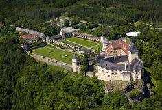 Sommer auf Schloss Rosenburg | Stadtbekannt Wien | Das Wiener Online Magazin Feldkirch, Online Magazine, Heart Of Europe, Fortification, Old Buildings, In The Heart, Holiday Fun, Austria, Medieval
