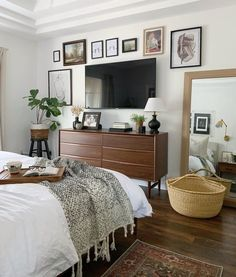 White room: 60 ideas and projects that can inspire you - Home Fashion Trend Small Master Bedroom, Tv In Bedroom, Home Decor Bedroom, Bedroom Ideas, Design Bedroom, Apartment Master Bedroom, Bed Room, Bedroom Minimalist, Minimalist Decor