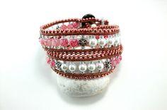 Ätherisch, meine Rose! Wickelarmband in rosa-weiß von Catch In Sky - handgemachter Schmuck , belagert von kleinen Kuscheltieren auf DaWanda.com