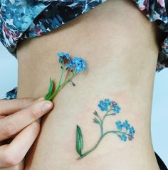 "29.2 k gilla-markeringar, 165 kommentarer - tattoo and Illustration (@rit.kit.tattoo) på Instagram: ""forget-me-not, please  #liveleaftattoo #botanical #botanicaltattoo #flowertattoo #forgetmenot…"""