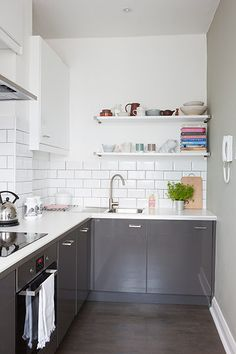 Homes neon: White and minimal London flat - the kitchen Best Kitchen Cabinets, Grey Cabinets, Gray And White Kitchen, New Kitchen Designs, Small Shelves, Cuisines Design, Dining Room Design, Cool Kitchens, Kitchen Remodel