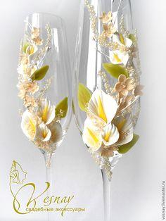 Bride And Groom Glasses, Wedding Wine Glasses, Wedding Champagne Flutes, Champagne Glasses, Decorated Wine Glasses, Hand Painted Wine Glasses, Wine Glass Crafts, Bottle Crafts, Altered Bottles