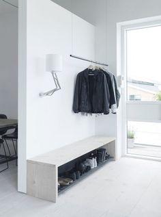 Att platsbygga ett skoställ som även fungerar som bänk är både enkelt och snyggt.