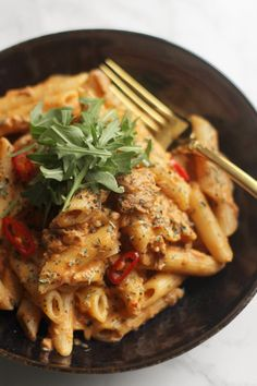 Pasta met tonijn in pittige roomsaus – Keuken van Sou Penne Pasta Recipes, Spicy Pasta, Tuna Pasta, Creamy Pasta, Tapas, Healthy Diners, Great Recipes, Healthy Recipes, Healthy Food
