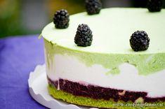 torta con mousse di yogurt, mousse di pistacchio e geleè di more