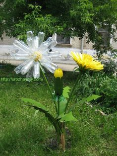 By truckers with a creative streak Plastic Bottle Flowers, Plastic Bottle Crafts, Plastic Art, Recycle Plastic Bottles, Recycled Garden, Recycled Crafts, Giant Flowers, Diy Flowers, Pop Can Crafts