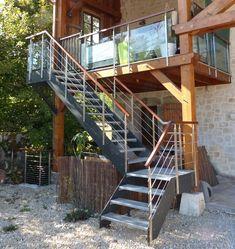 Escalier extérieur sur mesure Loft avec limons en stratifié composite, marches caiboti métal et garde-corps inox et bois.