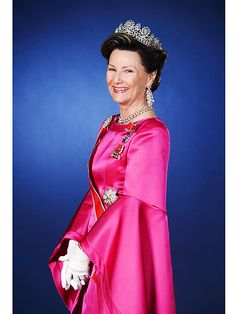 Formal portrait of Queen Sonja with her Queen Josephine diamond tiara Royal Crown Jewels, Royal Crowns, Royal Jewelry, Jewels 3, Poutine, Maud Of Wales, Norwegian Royalty, Alexandra Of Denmark, Royal Families Of Europe