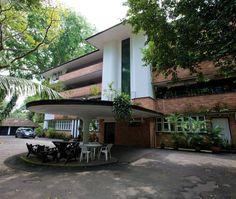 Showcase Black And White Apartment On The Edge Of Singapore S Botanic Gardens