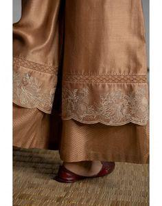 Embroidery Suits Design, Embroidery Dress, Kurta Designs Women, Blouse Designs, Boutique Suits, Dress Indian Style, Embroidered Clothes, Indian Designer Outfits, Fashion Pants