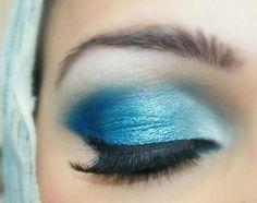 augenschminke in blauer farbe