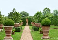 Well-Manicured: Historic French Garden The Italian garden has a formal, orderly plan and terra-cotta urns filled with boxwood, geraniums, and camellias. Garden Urns, Garden Paths, Formal Gardens, Outdoor Gardens, Amazing Gardens, Beautiful Gardens, French Style Homes, Pot Plante, Italian Garden